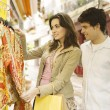 Young tourist couple shopping for souvenirs in a vacations destination. — Stock Photo