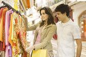 Jonge toeristische paar winkelen voor souvenirs in een vacations bestemming. — Stockfoto