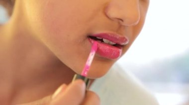 Junge schönheit teenager auftragen von lippenstift und drehen in die kamera lächeln. — Stockvideo