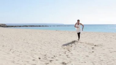 Girl running towards the camera at the beach — Stock Video