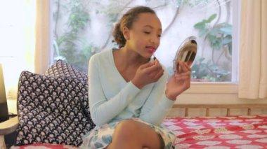 Junge teenager-mädchen lippenstift anwenden — Stockvideo