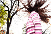Young girl standing in an autumn park — ストック写真