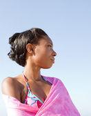 Donna in piedi sulla spiaggia — Foto Stock
