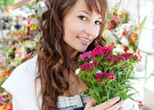 Woman smelling f flowers — Stock Photo
