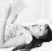 Okuyan kadın — Stok fotoğraf