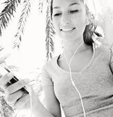 Woman istening to music — Stockfoto