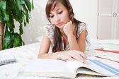 Mujer estudiante estudiando — Foto de Stock