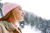 Woman on the snow mountains — Stockfoto