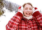 Vrouw met haar earwarmers — Stockfoto