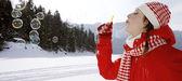 Mulher, soprando bolhas de sabão ao ar livre — Fotografia Stock