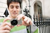 Человек с помощью цифровой камеры — Стоковое фото