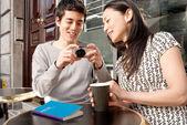 Vergadering in café (echt) paar — Stockfoto