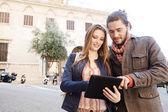 Intercambio de pareja tableta digital — Foto de Stock