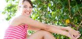 Vrouw genieten van zomerdag — Stockfoto