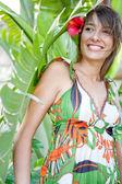 Femme debout avec feuilles — Photo