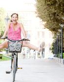 Mulher, andar de bicicleta — Foto Stock