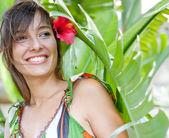 葉で立っている女性 — ストック写真