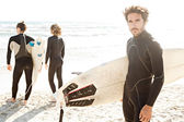 Surfer friends standing together — Foto Stock