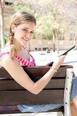 Dziewczyna za pomocą cyfrowego tabletu — Zdjęcie stockowe