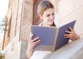Muchacha leyendo su cuaderno — Foto de Stock