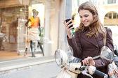 女性がスマート フォンを使用して — ストック写真