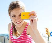 Onun akıllı telefon kullanan kız — Stok fotoğraf