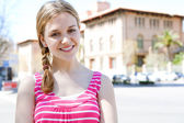 Chica de pie junto a la universidad — Foto de Stock