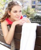 Ung sport kvinna sitter — Stockfoto