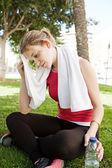 Mulher relaxante de fazer exercícios — Fotografia Stock