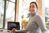 Mulher usando seu laptop — Fotografia Stock