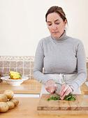 Vrouw koken groenten — Stockfoto