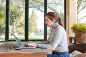 Женщина, печатающая на ноутбуке — Стоковое фото