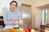 Woman peeling potatoes — Stock Photo