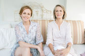 Aughter and her mature mother lounging together — Stockfoto