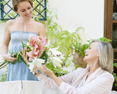 Daughter giving her mother a bunch of flowers — Stock Photo