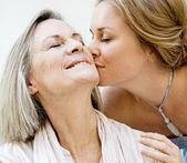 Пожилой целует