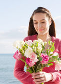 Woman holding a bunch of bright pink and white flowers — Stock Photo