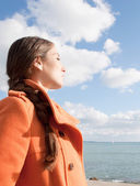 Woman facing the sea and breathing fresh air — Stock Photo