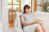 беременная женщина, читая книгу — Стоковое фото
