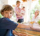 家族は家で昼食を持ってください。 — ストック写真