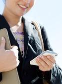 Smartphone kullanarak iş kadını — Stok fotoğraf