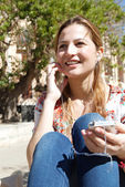 Woman listening to music with her smartphone — Stock Photo