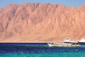 Egypt Nuweiba - beach with mountains and boats at Reds sea — Stock Photo