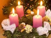 紫のキャンドルでクリスマスの花輪 — ストック写真