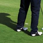 en man står på green för en golfbana — Stockfoto