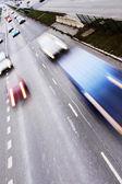 有很多车的公路。高对比度和运动模糊上升 — 图库照片