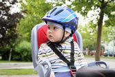 Niño sentado en bicicleta — Foto de Stock