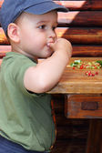 Boy eat forest strawberries — Stockfoto