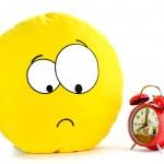 Lächeln und eine rote Alarm-Uhr — Stockfoto