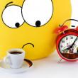 Gelbe Lächeln, eine Tasse Kaffee und ein Wecker — Stockfoto